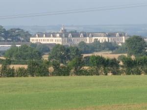 Vue nord sur le Collège de Combrée, depuis la 2×2 voie Angers-Rennes